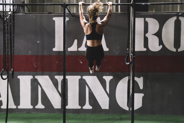 woman doing bodyweight pull up exercise
